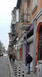 Затворени врати: мигрант от Африка чака пред затворен магазин в центъра на София. Фото: Евромегдан.бг