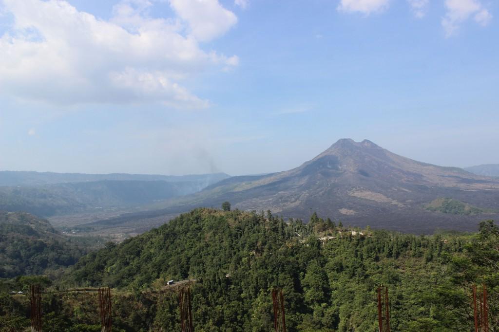 """Гунунг Агунг - свещен вулкан на о. Бали. Там е разположен най - сакралният храм на острова - """"Пура Бесаки"""" Фото: А. Адемова"""