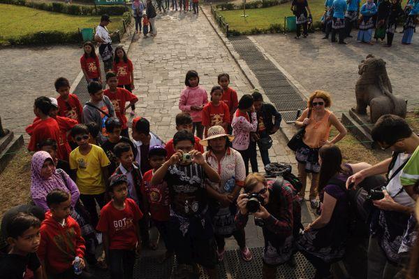 Снимам как индонезийските деца ни снимат...