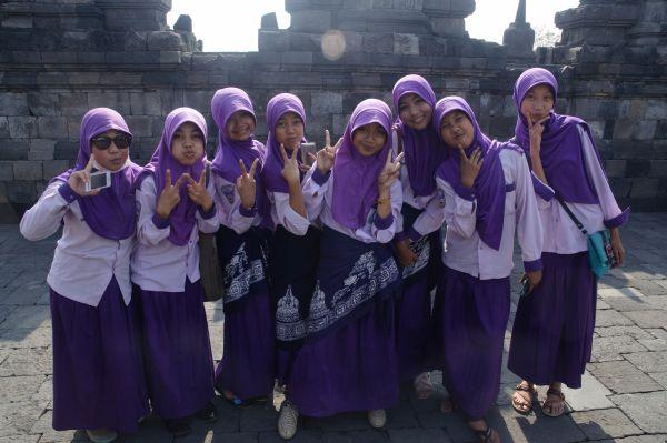 Индонезийски ученички с които преди това се снимахме
