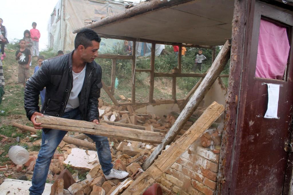 Ммедийното и политическо говорене срещу ромите води до все по-осезаеми реални действия, като събарянето на ромски къщи в с. Гърмен. Фото: Bulphoto.com
