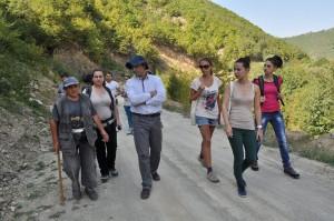 Димитър Василев, в ролята на местен за посетители и журналисти. Фото: Р.Йорданов/Евромегдан