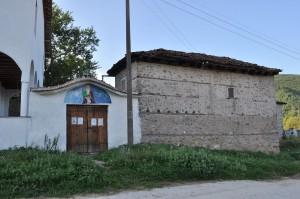 """Прясно изографисаният портал на храма """"Св.Илия"""" срещу някогашното килийно училище във Влахи, днес превърнато в Училище за природа и устойчив живот. Фото: Р.Йорданов/Евромегдан.бг"""