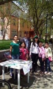 """Аглика Крушовенска, член на НС на Зелените, споделя, че двете й деца са запознати с нейния граждански зелен активизъм; стоят до майка си и през по-голямата част от събирането на подписи в подкрепа на референдума. Хората от Самоков приемат инициативата с отзивчивост, но си личи и колко са обезверени, казва Крушовенска. В началото на 2015 г. тя е сред """"последните ентусиасти"""", които вярват, че могат да помогнат за това гледката от прозореца да не бъде към хълм от боклук. Историята започва пет години по-рано, когато се променя предложението за терен за изграждане на депо за отпадъците на общините Самоков, Ихтиман, Долна баня и Костенец. От първоначалната идея за площадка край изоставена уранова мина близо до с. Пчелин се стига до предложение за терен в непосредствена близост го гр. Самоков, с. Драгушиново, р. Искър и нейни притоци. Идеята провокира огромно обществено недоволство и създаване на Инициативен комитет срещу изграждането на депото за отпадъци на новия терен. Организират се протести в Самоков и София, внасят се запитвания в Народното събрание, над 5000 души се подписват срещу инвестиционното намерение. Аглика Крушовенска разказва, че подписката за промяна на терена на депото не води последици след себе си. Определя като цинично изказването на кмета Владимир Георгиев, който, по думите й, по време на среща във връзка с казуса през 2015 г. пита каква е тази подписка, все едно тя не съществува. Според гражданите, застанали срещу изграждането на депото, има фрапиращи неточности в доклада за оценка на въздействието върху околната среда и водите във връзка с инвестиционното предложение. Сред тях отбелязват липсата на обективна оценка за смяна на предвидения терен, погрешното отбелязване на р. Палакария като най-близка, неотбелязването на факта, че теренът се намира в санитарноохранителната зона на язовир Искър, пренебрегването на близостта на бъдещото депо и гр. Самоков, които дели само един километър. Членовете на Инициативния комитет обжалват доклада, както и други"""