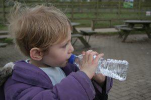 Здравните изисквания за пиене на вода в детските градини поставят ръководството пред въпрос, чийто най-лесен отговор е пластмасата. Фото: Pixabay