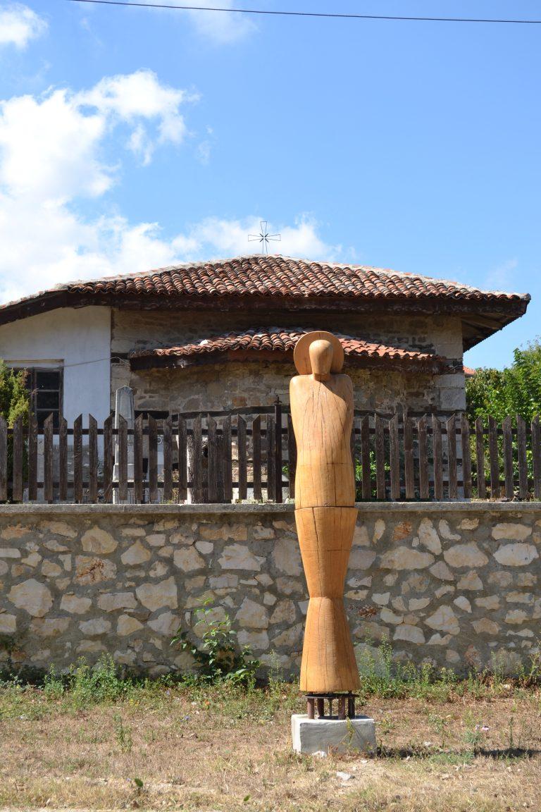 Дървени пластики красят града, изработен от творци по време на фестивали.