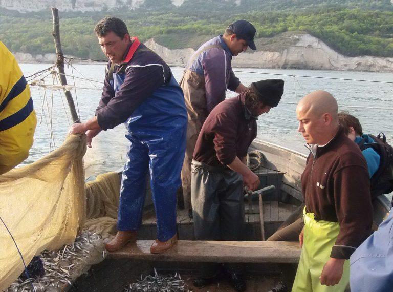 Пробиват ли рибарите лодките, на които седят? Фото: Велина Барова / Евромегдан
