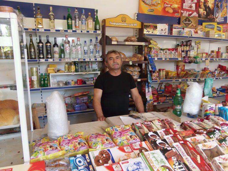 Бай Данчо - собственик на магазин и производител на био домати.