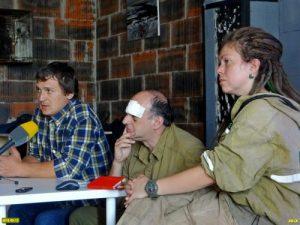 Пострадалите при среднощния погром активисти Дмитрий Шевченко, Михаил Крейндлин, София Косачова, отговарят на журналистите. Фото: ЕВСК.