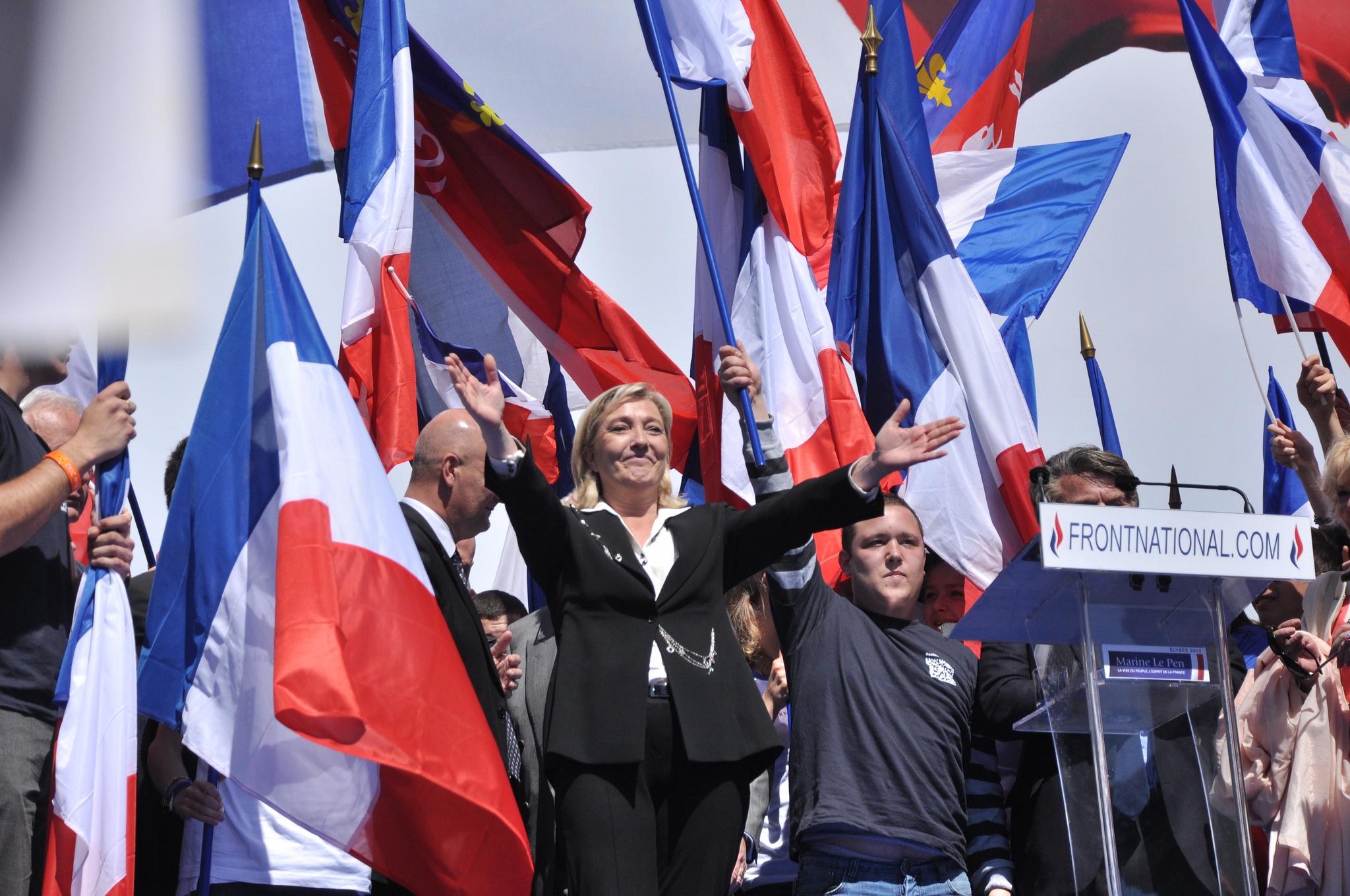 Марин Льо Пен, лидерът на френския Национален Фронт, приветства свои привърженици. Снимка: Бландин Льо Каи (лиценз: CC BY 2.0)