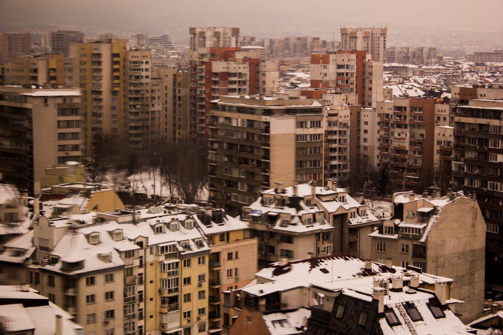 """Пейзаж на кварталите Стрелбище и Бели брези. Новото строителство """"уплътнява"""" социалистическото планиране и води до непредвиден автомобилен трафик. Фото: Константин Мравов/ Евромегдан."""