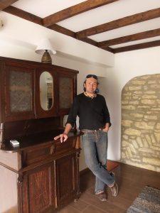 Красимир Митев и семейството му се стремят да запазят автентичния дух на наследствената къща, като събират предмети от някогашния бит. Снимка: Велина Барова / species.bluelink.net